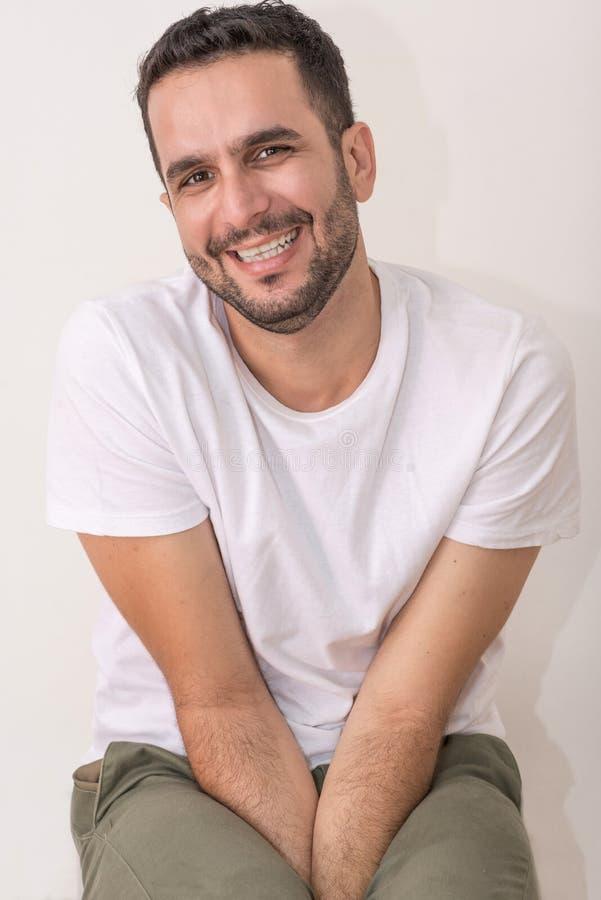 Kaukasischer Mann, Erwachsener, headsho, t sitzt und lächelt schüchtern lizenzfreies stockbild
