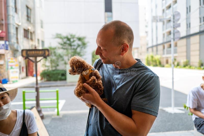 Kaukasischer Mann mit süßem Hund in Tokio stockfoto