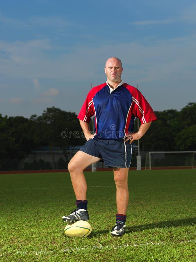 Kaukasischer Mann mit seiner Rugby-Kugel lizenzfreie stockbilder