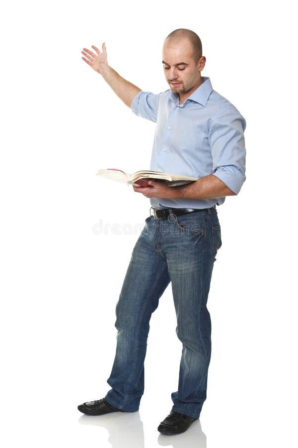 Kaukasischer stehender Mann mit Buch stockfoto