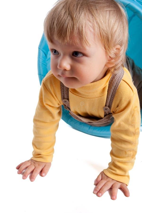 Kaukasisches Baby, das auf Weiß spielt stockfotos