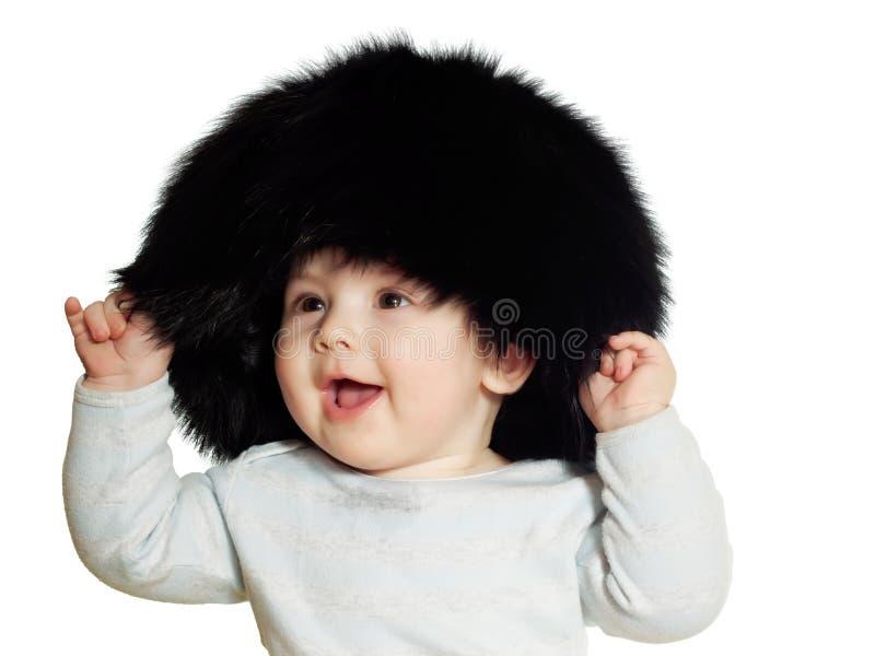Kaukasisches Baby im Großen schwarzen Hut lokalisiert stockbild