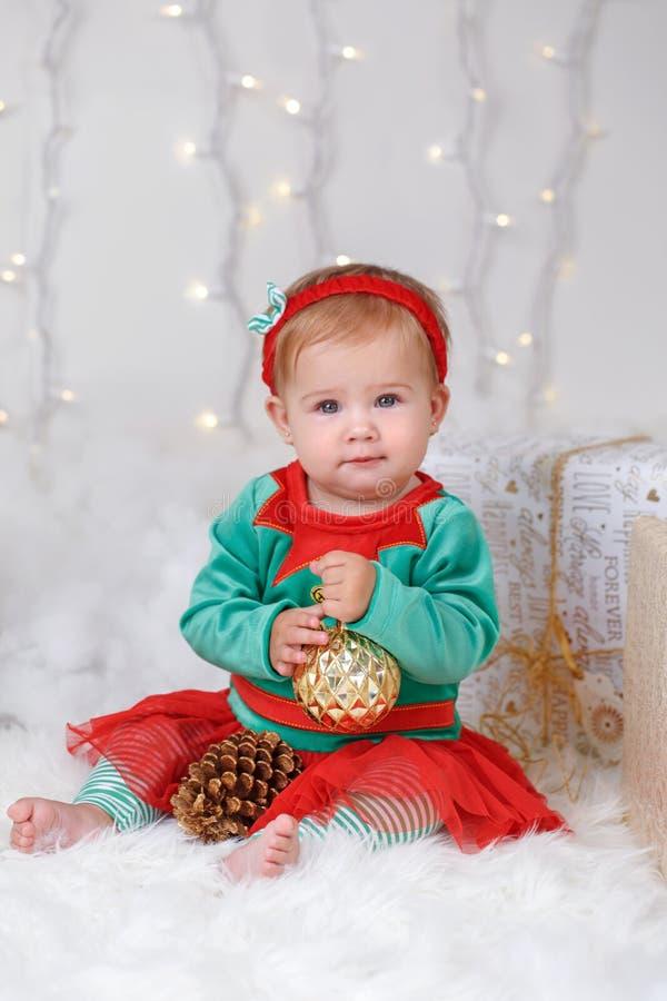 Kaukasisches Baby mit blauen Augen im Elfenkostüm Weihnachten oder Neujahrsfeiertag feiernd lizenzfreies stockbild