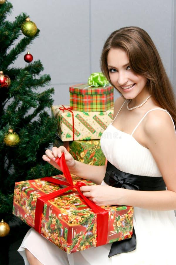 Kaukasisches glückliches Frauenöffnungsgeschenk stockfoto