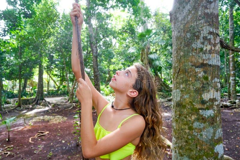 Kaukasisches Mädchen, das im Regenwalddschungel spielt lizenzfreies stockfoto