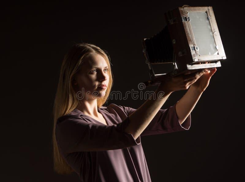 Kaukasisches weißes weibliches vorbildliches Porträt Schönes Mädchen, langes blondes Haar, das ein Foto mit der Kamera macht Frau stockfoto