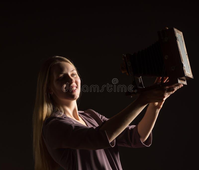 Kaukasisches weißes weibliches vorbildliches Porträt Schönes Mädchen, langes blondes Haar, das ein Foto mit der Kamera macht Frau stockbild