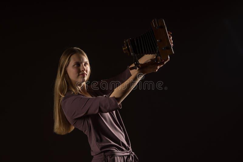 Kaukasisches weißes weibliches vorbildliches Porträt Schönes Mädchen, langes blondes Haar, das ein Foto mit der Kamera macht Frau stockbilder