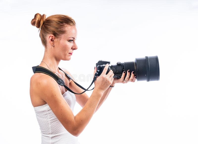Kaukasisches wei?es weibliches vorbildliches Portr?t Schönes Mädchen, langes rotes Haar stockfoto