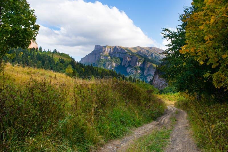 Kaukasiska berg i regionen Adygea, Krasnodar Söder om Ryssland Kaukasus, Krasnodar arkivbild