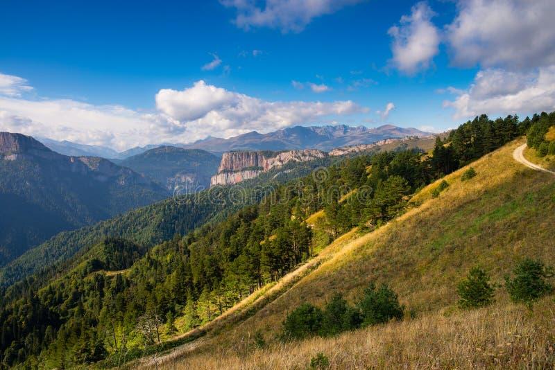 Kaukasiska berg i regionen Adygea, Krasnodar Söder om Ryssland Kaukasus, Krasnodar arkivbilder