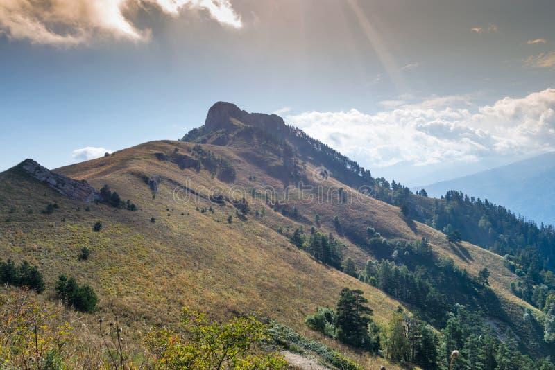 Kaukasiska berg i regionen Adygea, Krasnodar Söder om Ryssland Kaukasus, Krasnodar royaltyfri foto