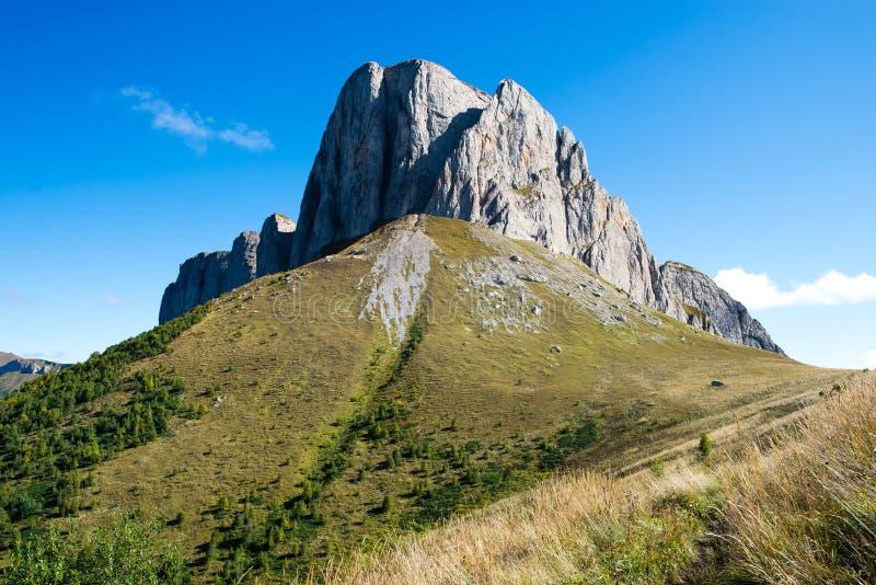 Kaukasiska berg i regionen Adygea, Krasnodar Söder om Ryssland Vackra fotspår i Kaukasus Thach arkivbilder