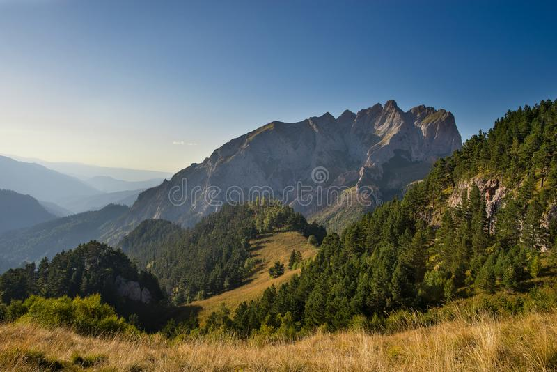 Kaukasiska berg i regionen Adygea, Krasnodar Söder om Ryssland Vackra fotspår i Kaukasus Thach royaltyfria bilder