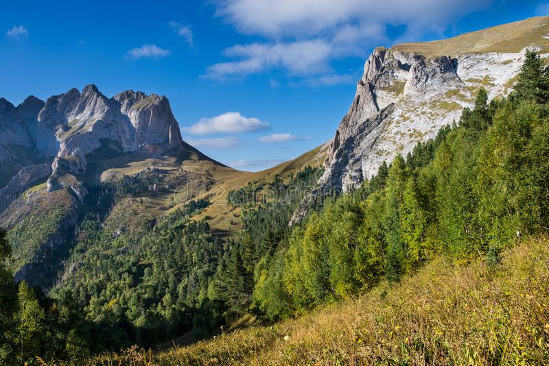 Kaukasiska berg i regionen Adygea, Krasnodar Söder om Ryssland Vackra fotspår i Kaukasus Thach arkivfoto