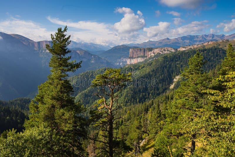 Kaukasiska berg i regionen Adygea, Krasnodar Söder om Ryssland Vackra fotspår i Kaukasus Thach royaltyfri fotografi