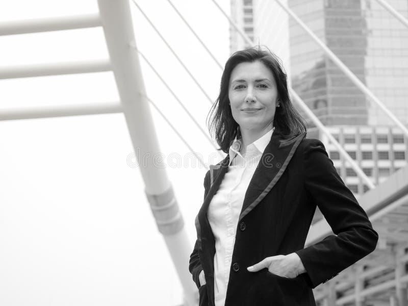 Kaukaska biznesowa kobieta szczęśliwa i ono uśmiecha się po pomyślnego biznesu fotografia stock