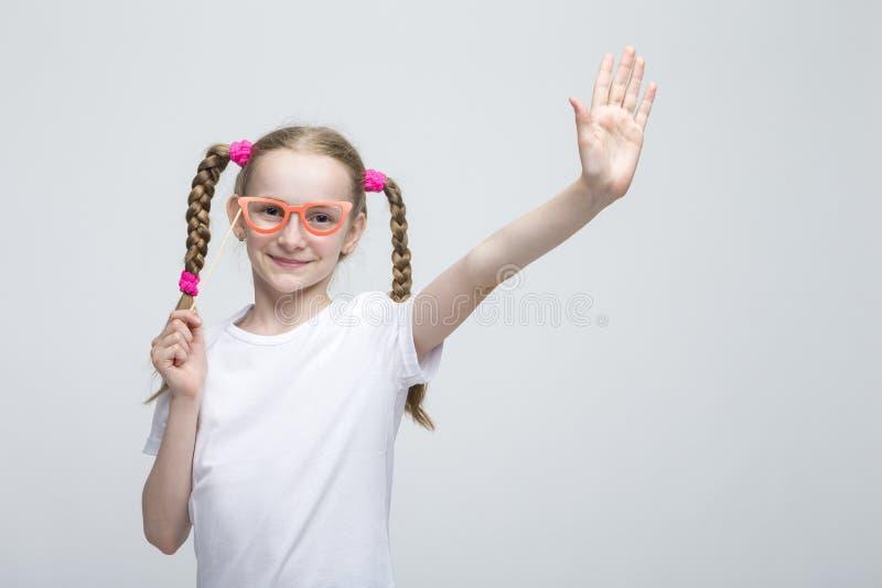 Kaukaska Blond dziewczyna Z Pigtails Pozuje z Artystycznymi widowiskami Przeciw bielowi obraz royalty free