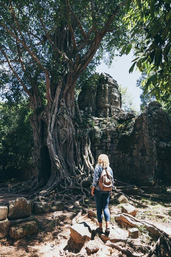 Kaukaska blondynka odkrywa ruiny kompleksu świątyni Angkor Wat w Siem Reap, Kambodża fotografia stock