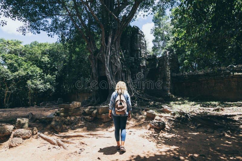 Kaukaska blondynka odkrywa ruiny kompleksu świątyni Angkor Wat w Siem Reap, Kambodża obraz royalty free