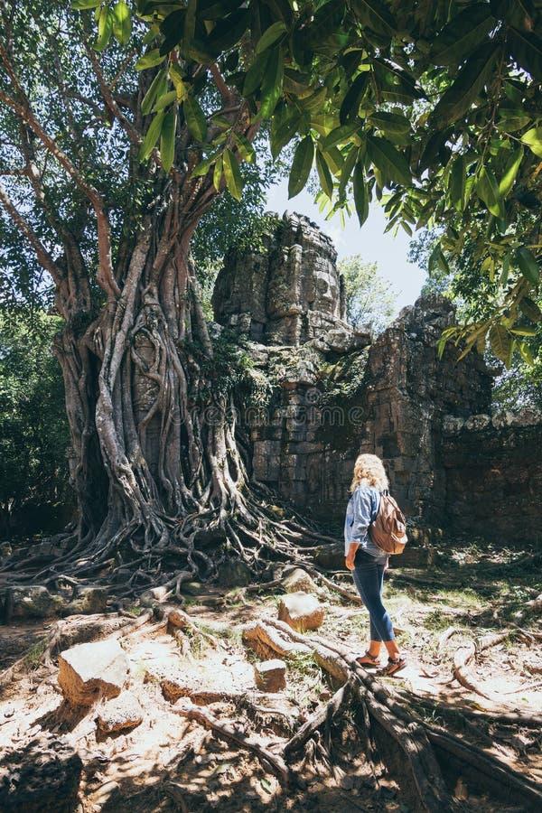 Kaukaska blondynka odkrywa ruiny kompleksu świątyni Angkor Wat w Siem Reap, Kambodża obrazy stock