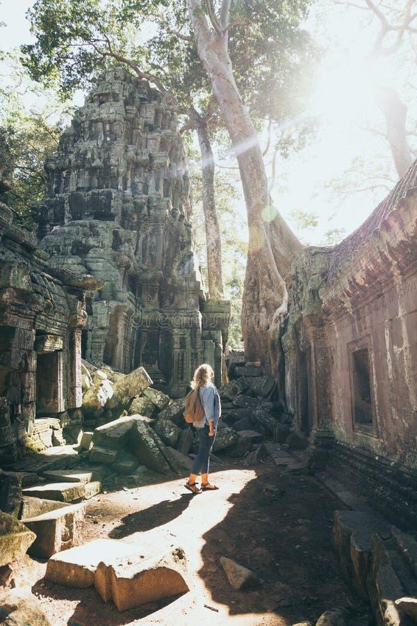 Kaukaska blondynka odkrywa ruiny kompleksu Å›wiÄ…tyni Angkor Wat w Siem Reap, Kambodża zdjęcia royalty free