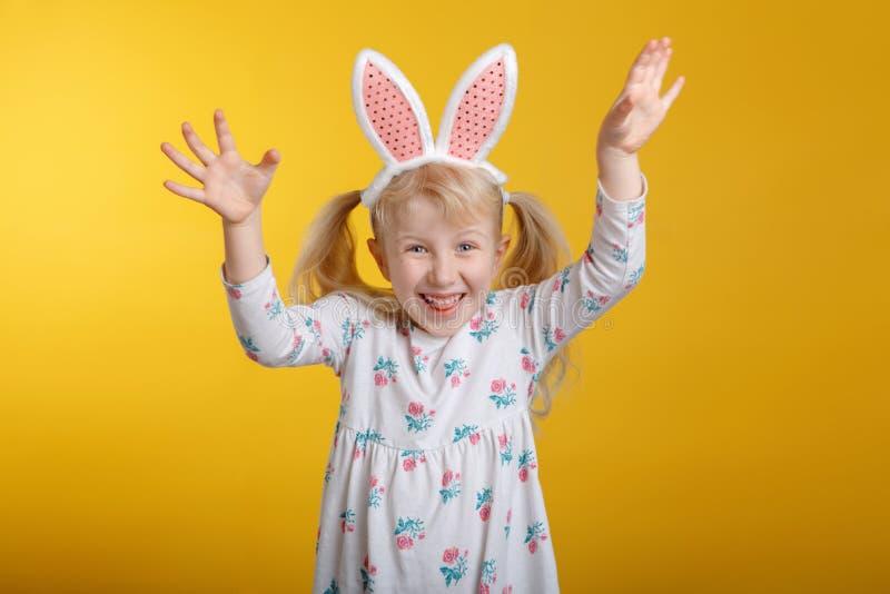Kaukaska blondynki dziewczyna w biel sukni z różowymi Wielkanocnego królika ucho obrazy royalty free