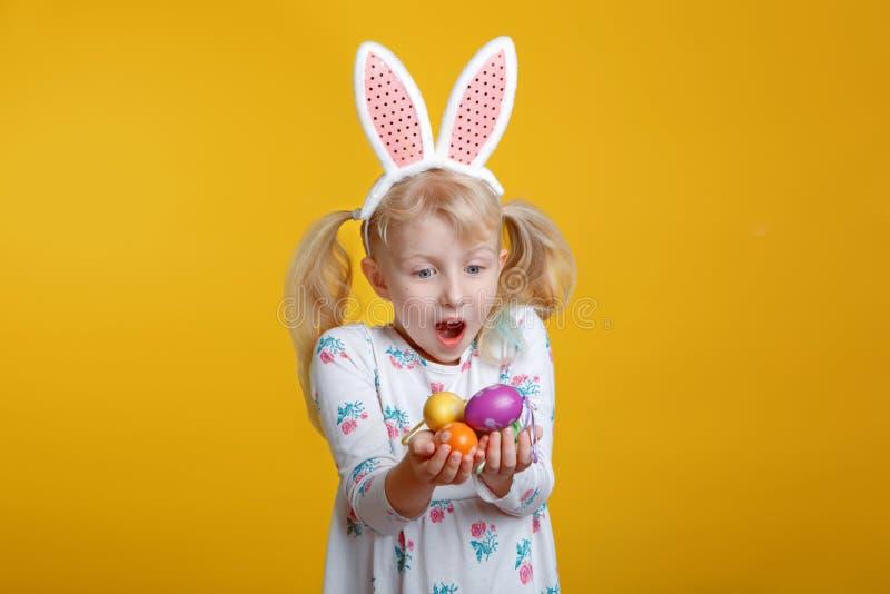 Kaukaska blondynki dziewczyna w biel sukni z różowymi Wielkanocnego królika ucho zdjęcie royalty free