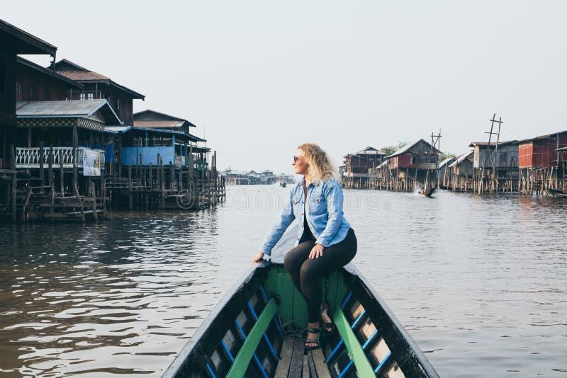 Kaukaska blondynki kobieta ma łódkowatą przejażdżkę na Inle jeziorze, Myanmar obrazy stock