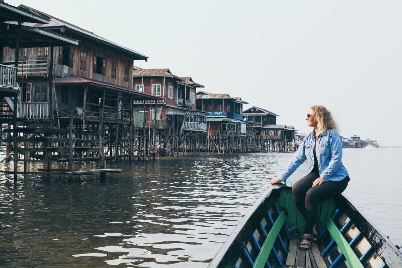 Kaukaska blondynki kobieta ma łódkowatą przejażdżkę na Inle jeziorze, Myanmar zdjęcia stock