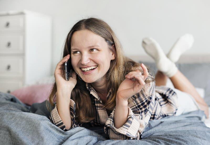 Kaukaska dziewczyna opowiada na telefonie obraz stock