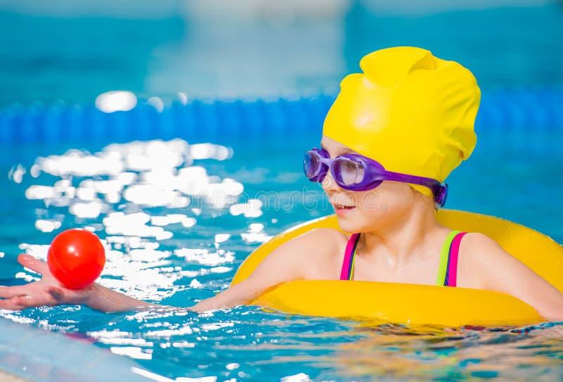 Kaukaska dziewczyna w basenie obrazy stock
