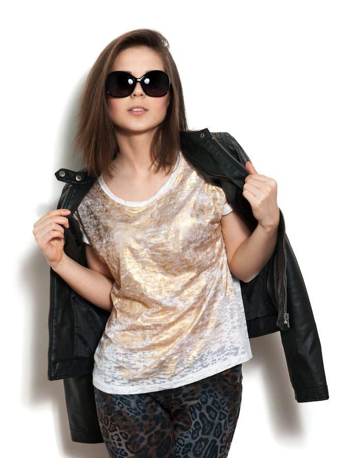 Dziewczyna w skórzanej kurtce i okularach przeciwsłoneczne zdjęcia stock