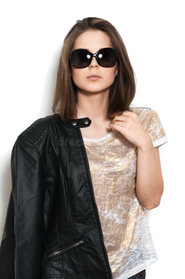 Dziewczyna w skórzanej kurtce i okularach przeciwsłoneczne fotografia stock