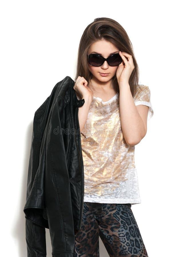 Dziewczyna w skórzanej kurtce i okularach przeciwsłoneczne obrazy stock