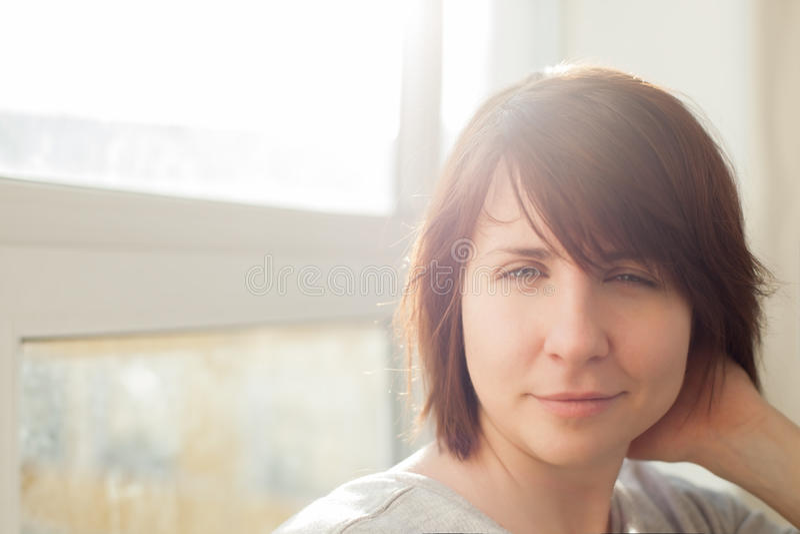 Kaukaska dziewczyna z brown włosianymi szczęśliwymi uśmiechami fotografia stock