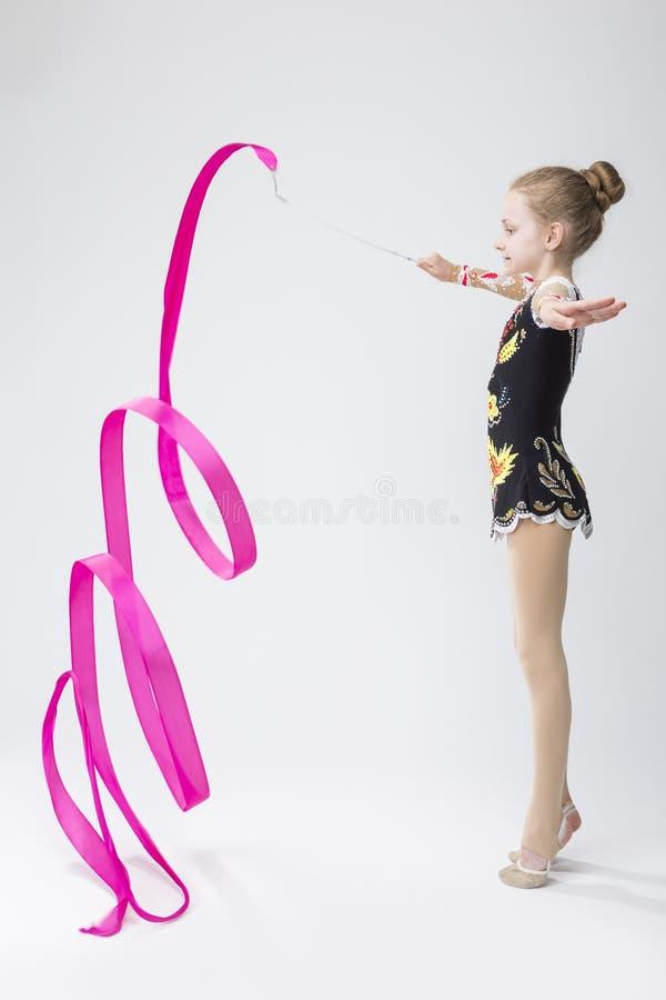 Kaukaska Żeńska Rytmiczna gimnastyczka W Fachowym Konkurencyjnym kostiumu Robi Artystycznym faborek spiralom zdjęcia stock