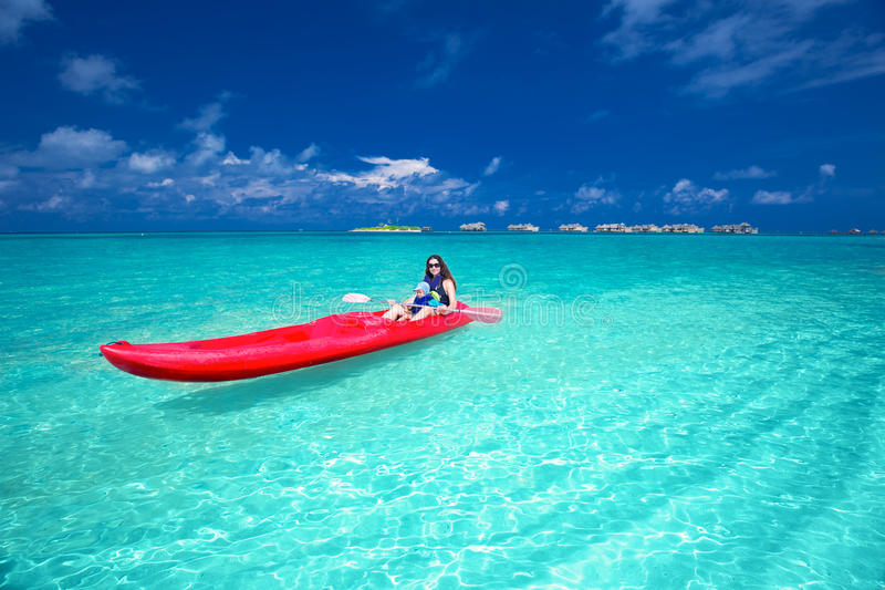 Kaukaska kobieta kayaking w lagunie na Maldives wyspie obrazy stock