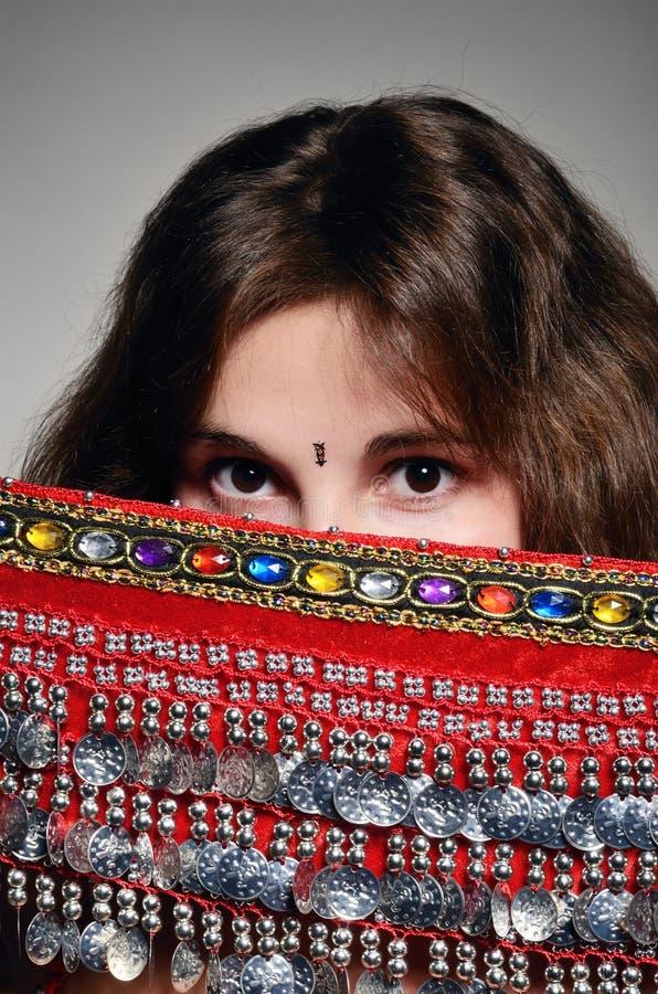 Kaukaska kobieta pod orientalną chustą obraz stock