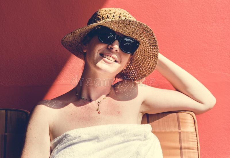 Kaukaska kobieta sunbathing w lecie obrazy stock