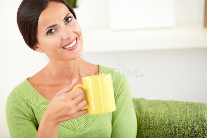 Download Kaukaska Kobieta Trzyma Filiżankę Zdjęcie Stock - Obraz złożonej z tylko, piękny: 53788580