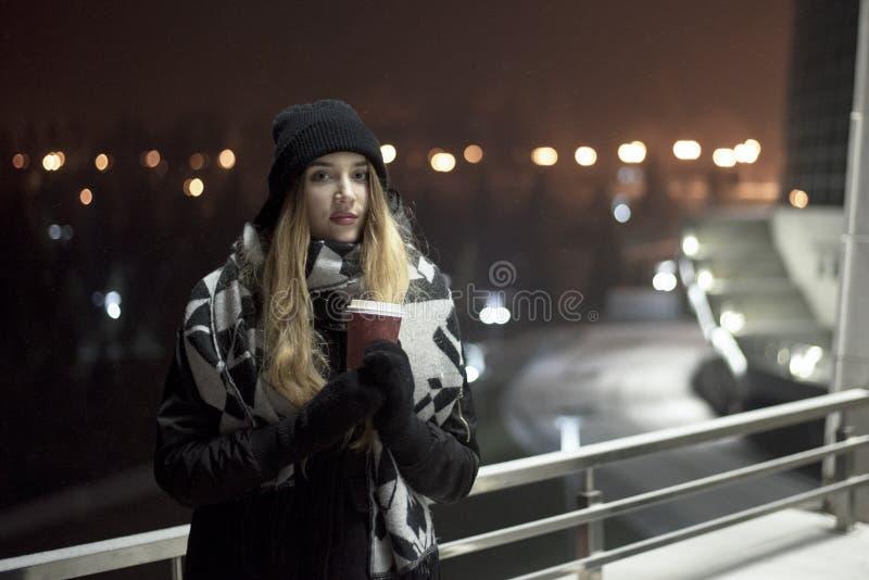 Kaukaska kobieta w mieście obrazy stock