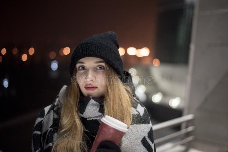 Kaukaska kobieta w mieście zdjęcia stock