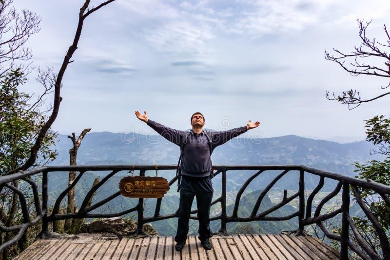 Kaukaska męska mężczyzna pozycja na górze Tianman góry, Zhangjiajie, Chiny zdjęcia stock