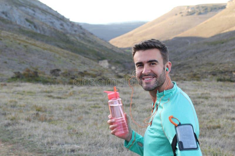 Kaukaska męska woda pitna outdoors zdjęcie stock