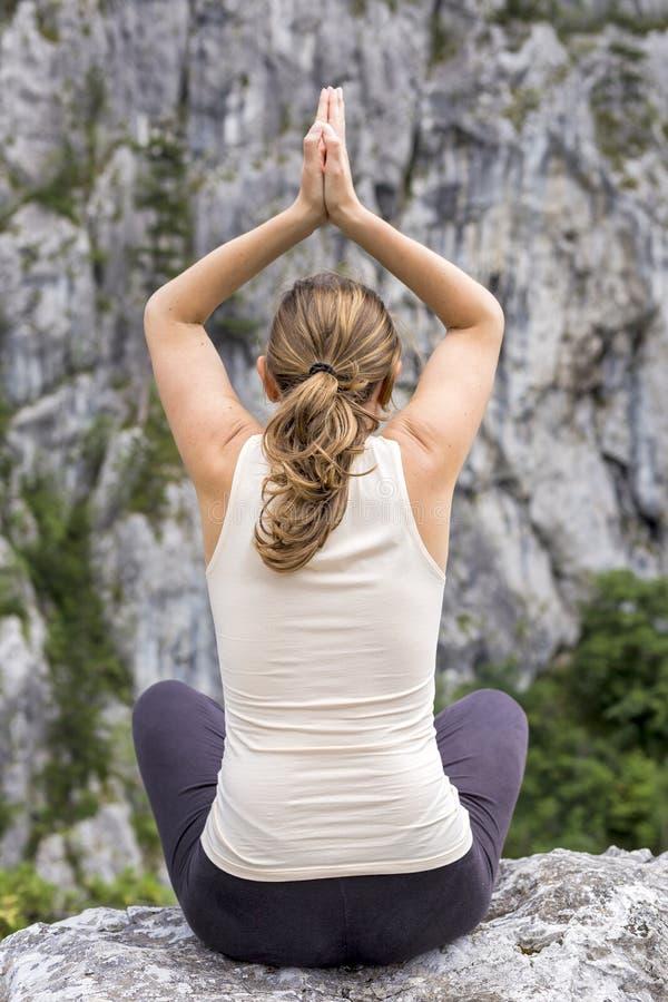 Kaukaska młoda kobieta robi joga sprawności fizycznej ćwiczeniu zdjęcie stock