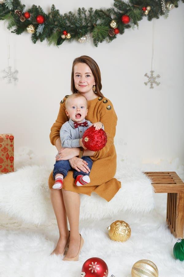 Kaukaska matka z chłopiec odświętności nowym rokiem lub bożymi narodzeniami zdjęcia royalty free