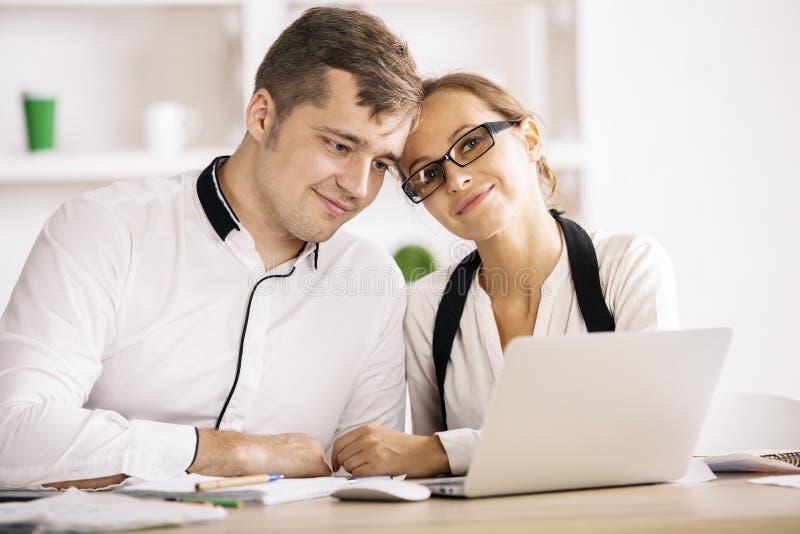 Kaukaska para w biurze zdjęcia royalty free