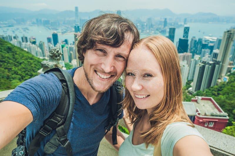 Kaukaska para w Hong Kong Młodzi ludzie bierze selfie pictur obrazy royalty free