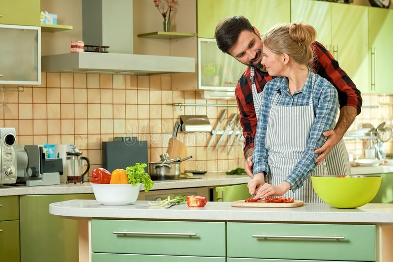 Kaukaska para w kuchni obraz royalty free